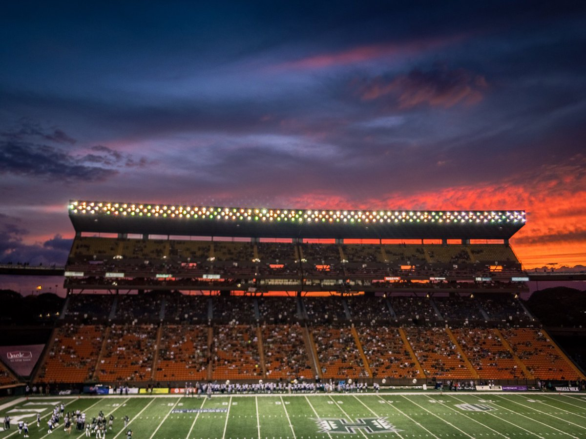 Oh Aloha Stadium, you get the best #HawaiiFB sunsets. https://t.co/Zn3vUrpfsW