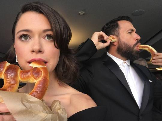 We like this #Emmys tradition. @tatianamaslany @tom_cullen https://t.c...