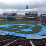 【マツダスタジアム】土の部分にシート。雨は強くなったり弱くなったり…   15時以降、雨が弱くなる予…