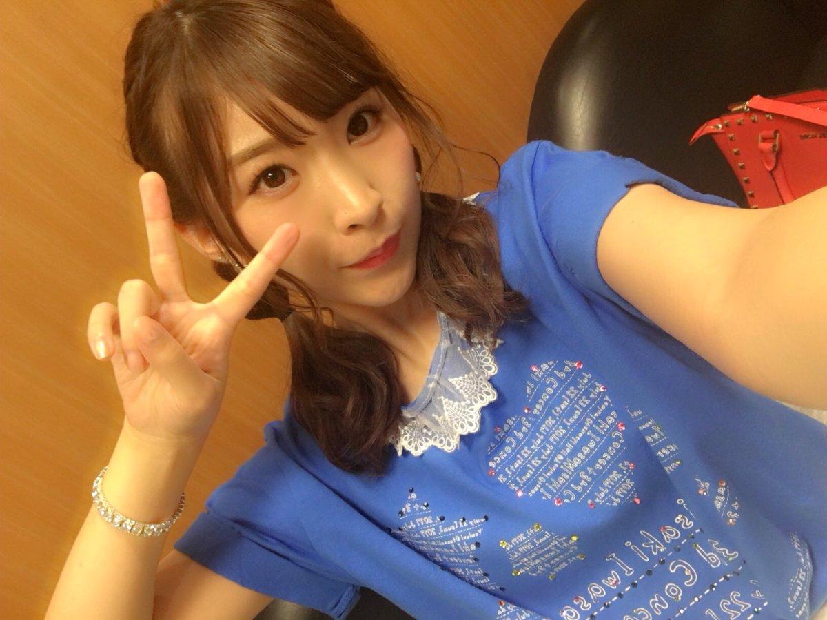 コンサートTシャツを着る岩佐美咲