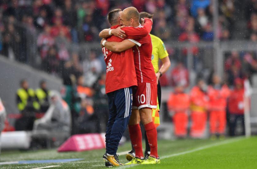 [#Bundesliga🇩🇪] La belle image du jour en Allemagne, Arjen Robben qui prend dans ses bras Franck Ribéry lors de la célébration de son but !