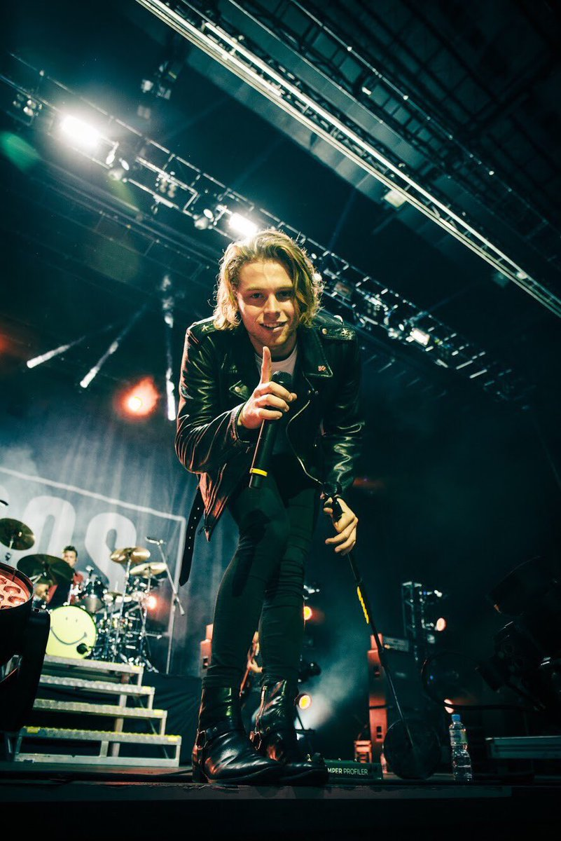 #imagine Luke walking towards you on stage and bends down holding one finger up &quot; your my number one girl &quot; he smiles blowing you a kiss ~  <br>http://pic.twitter.com/N5zKvxOS2x