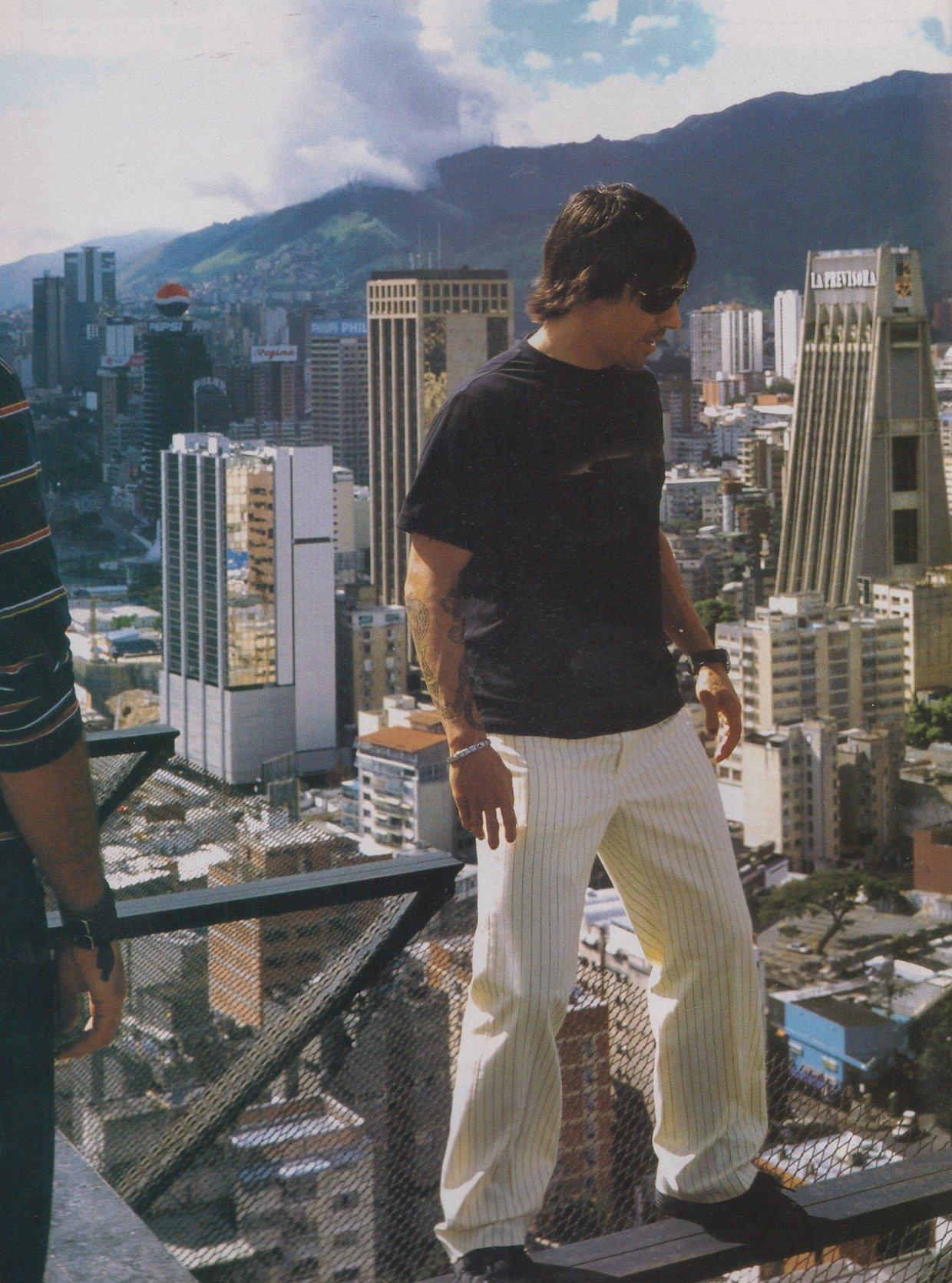 Anthony Kiedis sobre una viga en lo alto de un edificio en Caracas, Venezuela. 2002 Foto Cortesia
