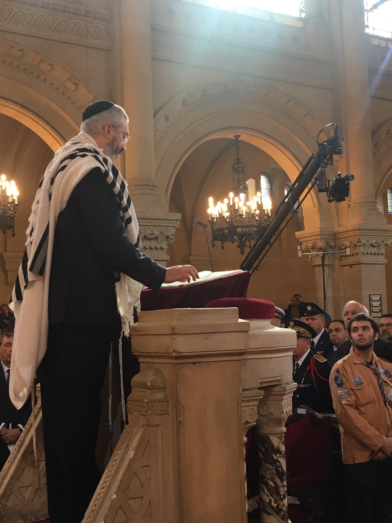 R. Moshe Sebagg dirige el rezo