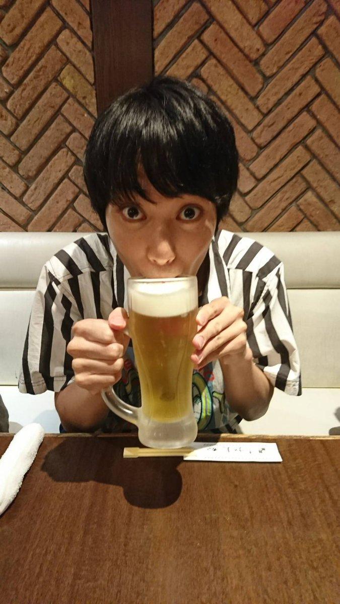 ビールを飲む百瀬朔