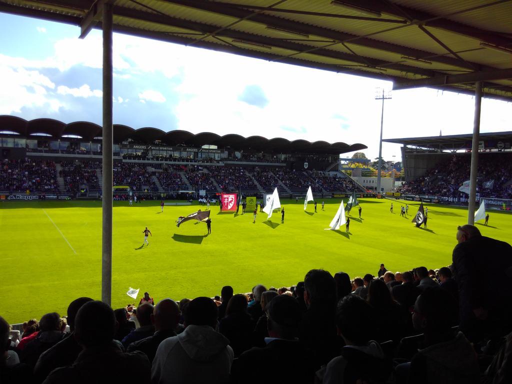 En place pour voir du grand football #SCOFCM <br>http://pic.twitter.com/1S5G5hBHgy