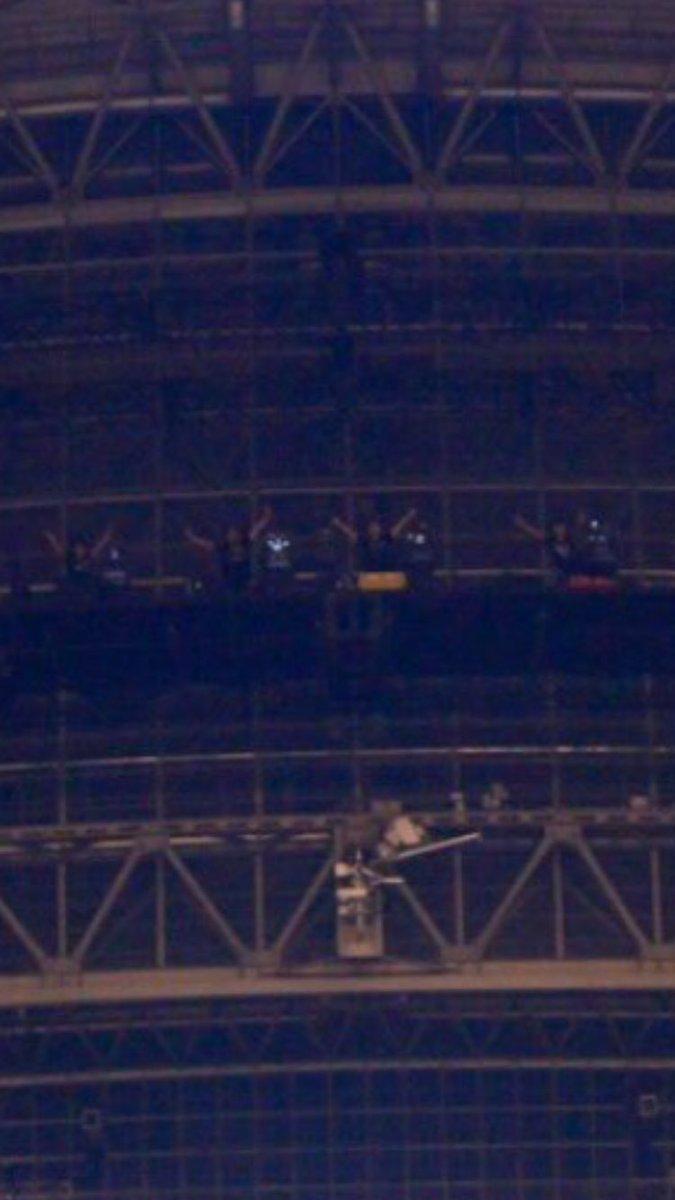 BUMP OF CHICKENの幕張ライブ終わりの集合写真、アップにすると何気にスタッフさんもノリノ…