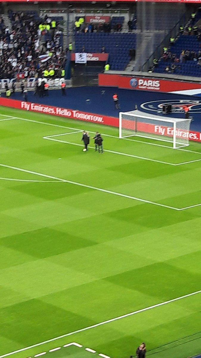 #LEPARISIEN : &quot;Les officiels testent la goal line technology. #PSGOL <br>http://pic.twitter.com/TUD0P0u0Hh&quot;