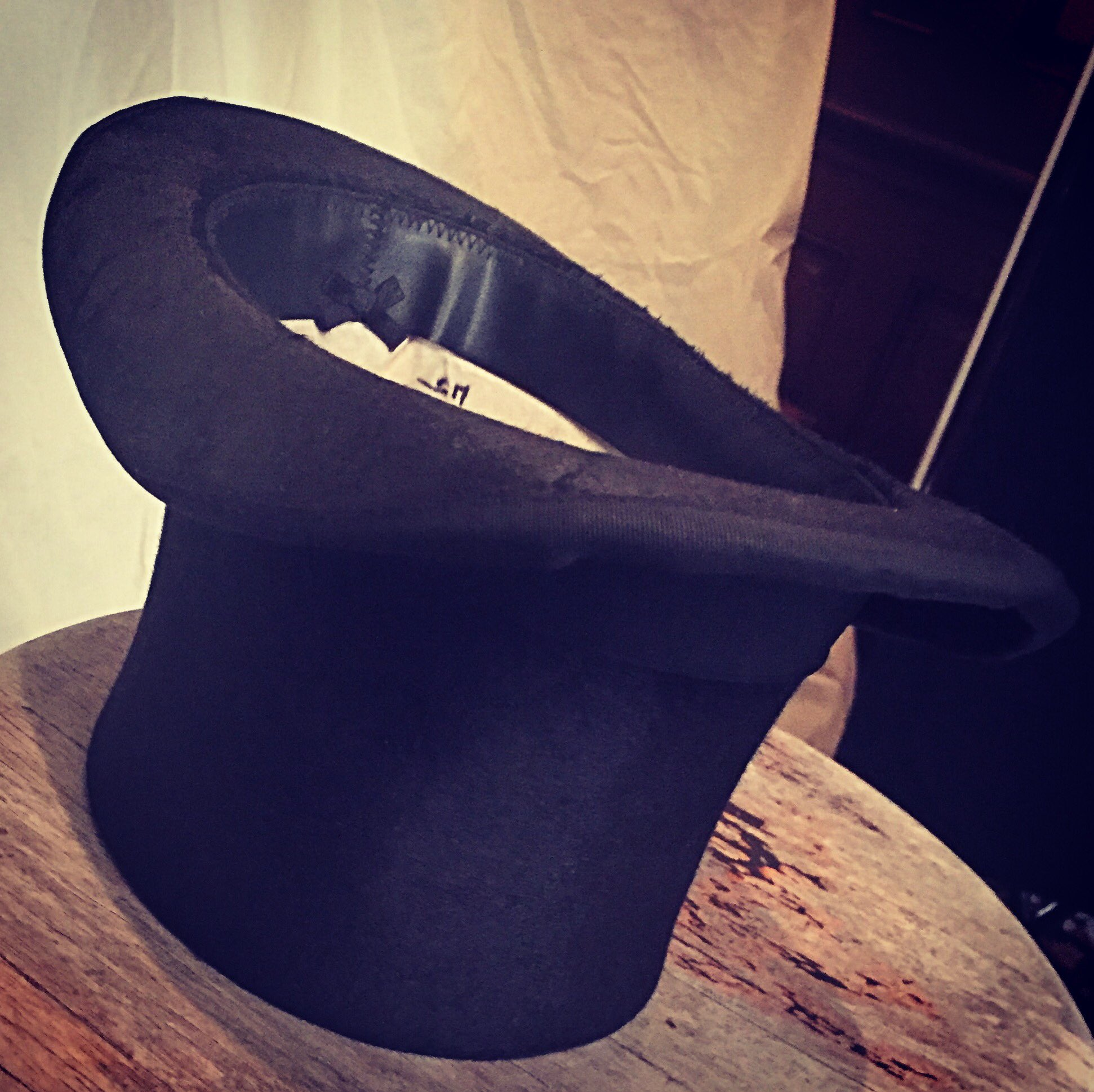 """The proper way to """"rest"""" your (top) hat is like this ... so your luck doesn't run out. @GreatestShowman 🎩 https://t.co/vmKDsIEGVl"""