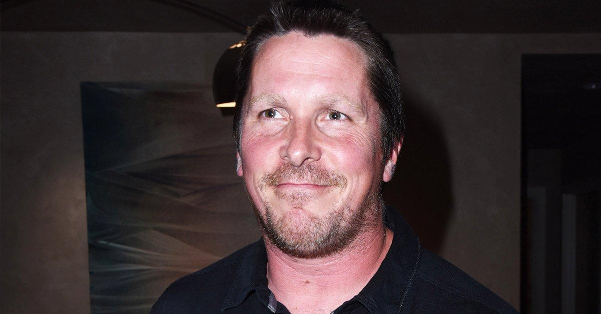 Christian Bale med blekta ögonbryn och synlig viktökning