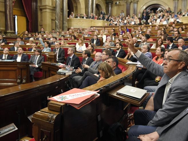 Catalogna: dal Parlamento sì alla legge per referendum sull'indipendenza https://t.co/dmpe9QH66Y