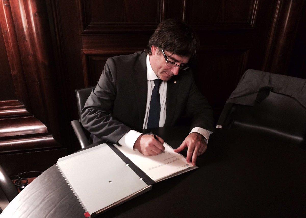 El #president @KRLS signa i promulga la Llei del Referèndum d'Autodeterminació de Catalunya https://t.co/iIr59w3Jtg