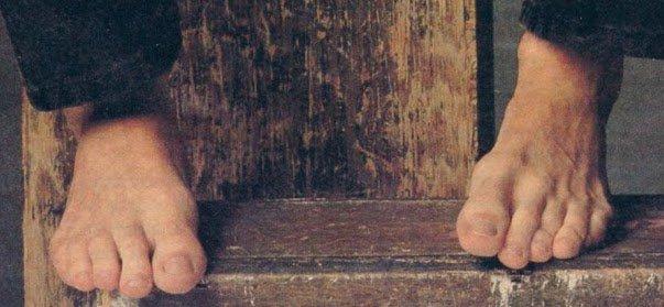 Risultati immagini per luke perry barefoot