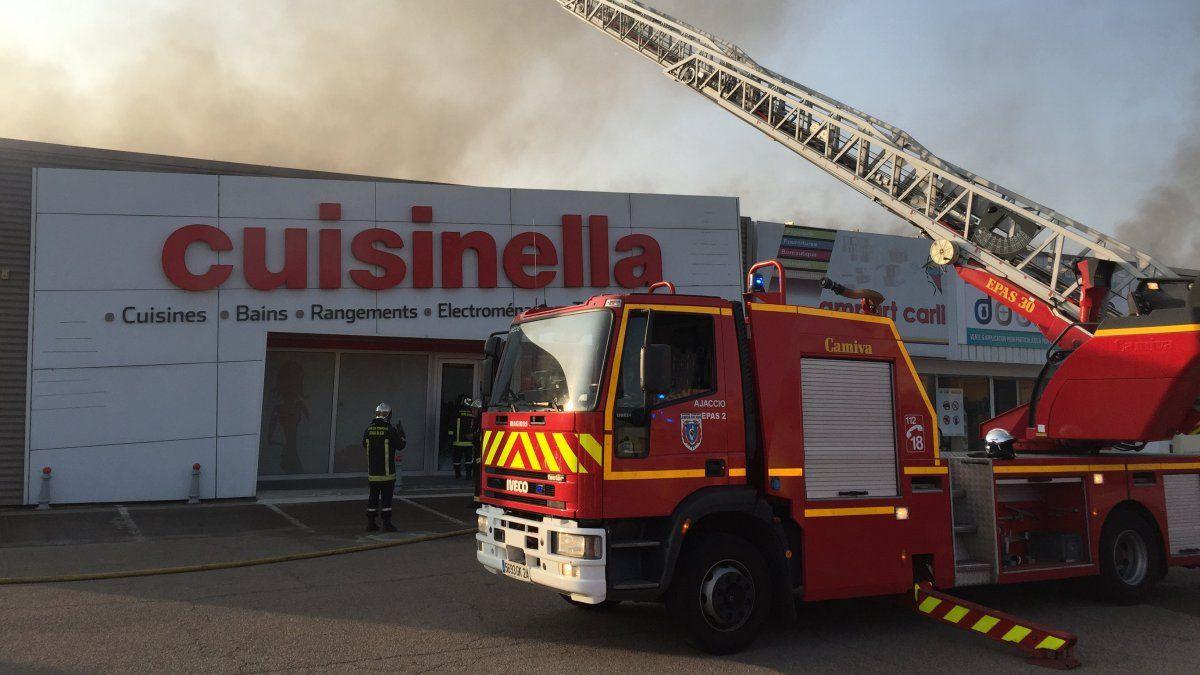 BREAKING NEWS - #Corse: #Incendie dans la zone industrielle de #Baleone.&quot; http:// bit.ly/2waa0ek  &nbsp;  <br>http://pic.twitter.com/UdZD2ijZ1Q