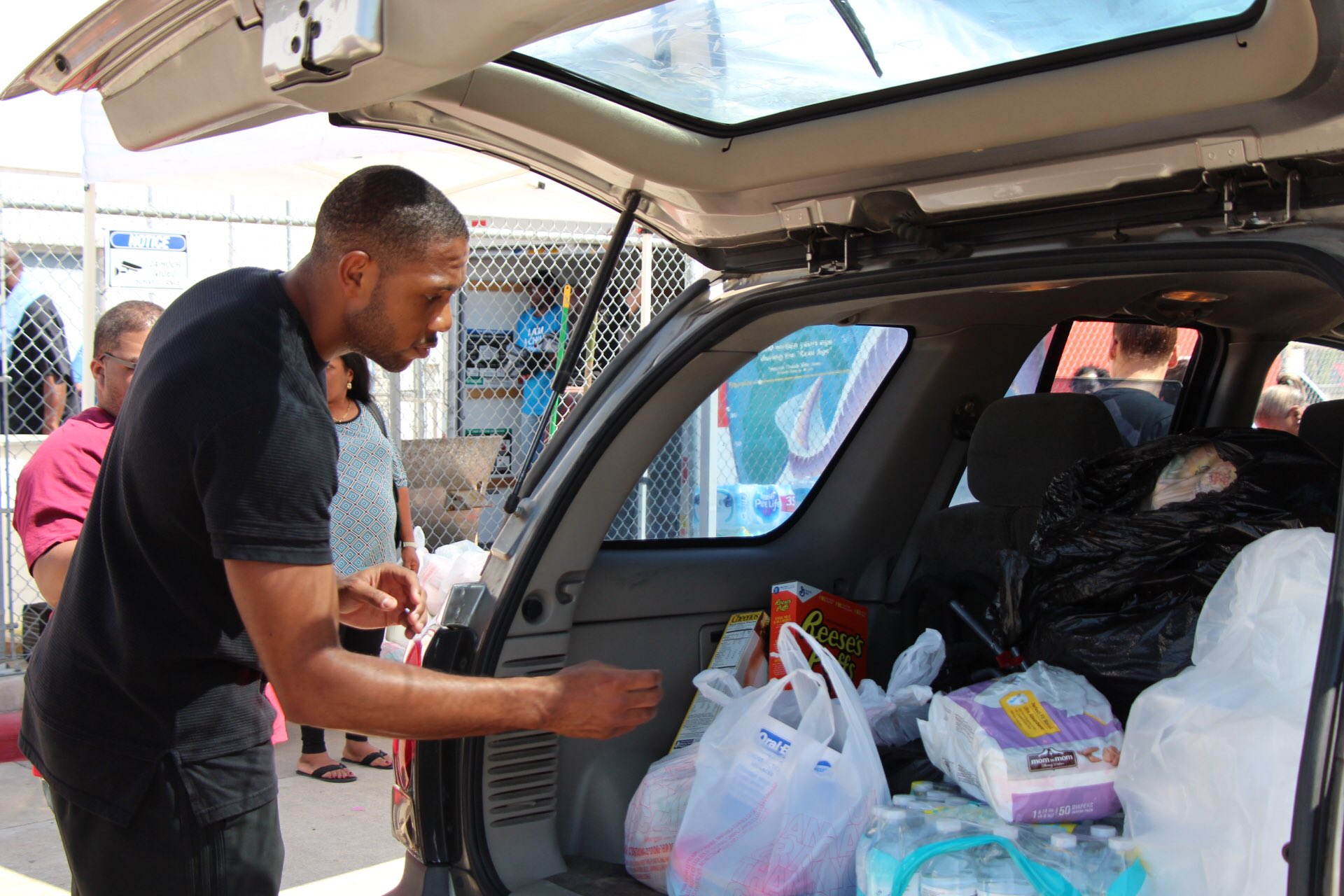 .@TheofficialEG10 continuing his efforts at the next stop by donating essentials for #HurricaneHarvey Relief. https://t.co/KYhDFULAO7