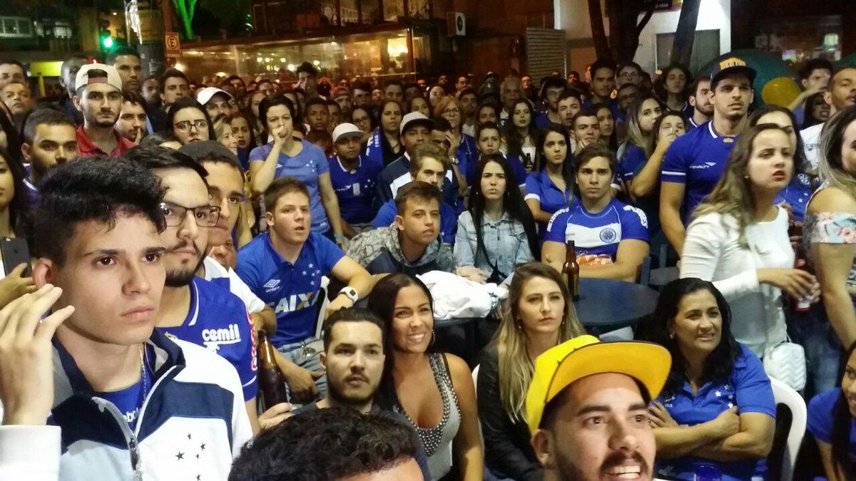 Torcidas de Cruzeiro e Flamengo nos bares de Belo Horizonte. Primeiro tempo  encerrado  0 817145f831b4f