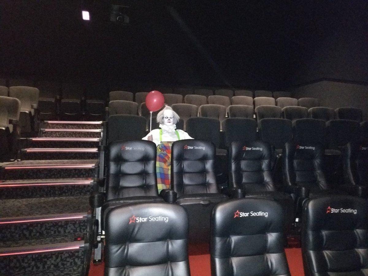 Un hombre se disfrazó del payaso de It y así fue a ver la película