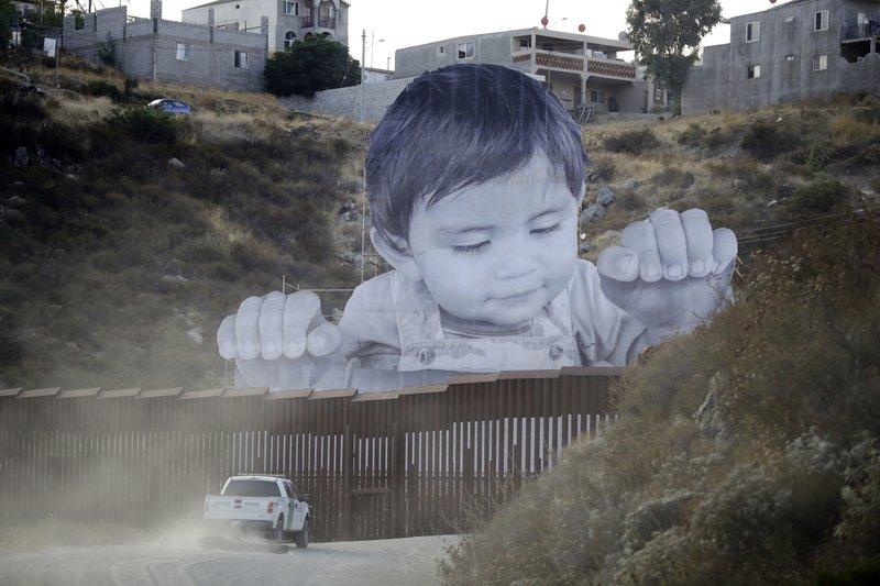 Награнице США иМексики возникла огромная инсталляция ввиде мальчика-мигранта