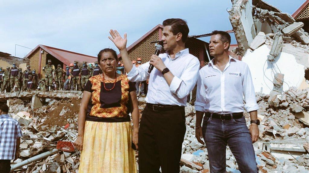 Perfecta estampa del sexenio EPN. Palabras huecas desde los escombros, rodeado por militares  y bajo la mirada incrédula del pueblo.