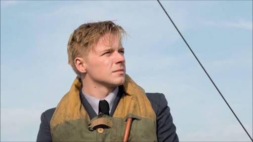 英国空軍)のパイロット コリンズ役濡れたスーツとライフジャケット、垂らした前髪の組み合わせが最高に色気を漂わせ、存在感が光っています。  ダンケルク空組