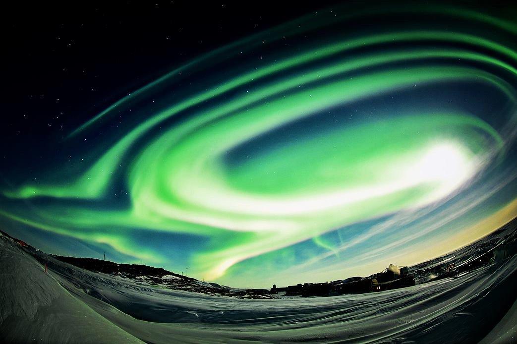南極から、昨日のフレアによる素晴らしいオーロラの写真が届きました!  撮影:58次越冬隊・鈴木裕子隊…