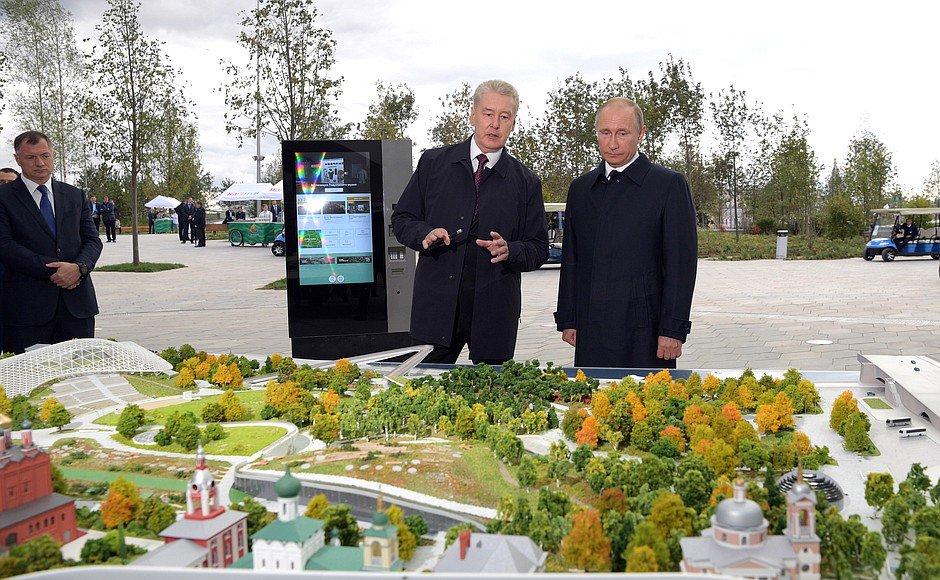 On #CityDay, Vladimir Putin has visited the new Zaryadye Park https://...