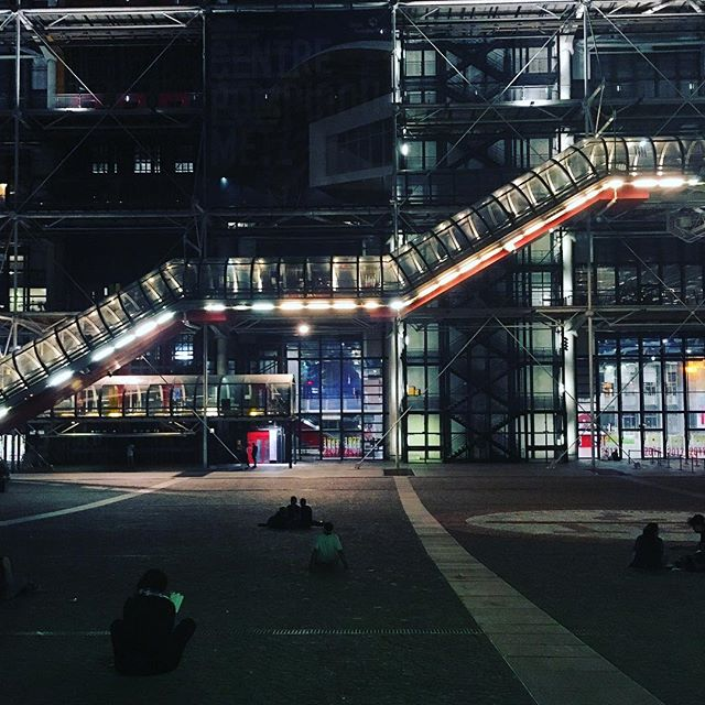 Beaubourg by night  #georges #pompidou #center #beaubourg #night #lights #outing #summer #vibes #city #paris #hervefischer : @hedo_mood<br>http://pic.twitter.com/DUiAKP0P1A