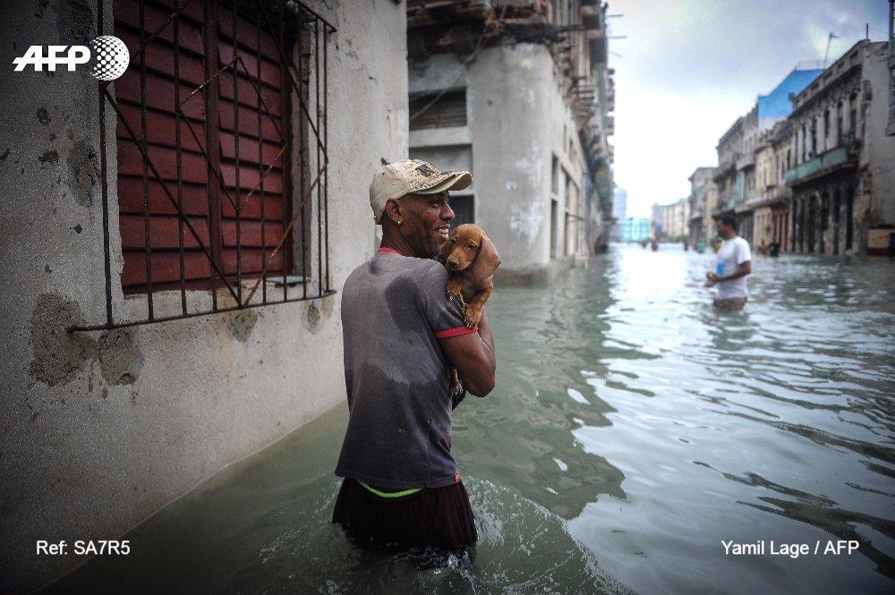 #instantané Scènes de rue à La Havane après le passage de l'ouragan Irma   📸 Yamil Lage #AFP
