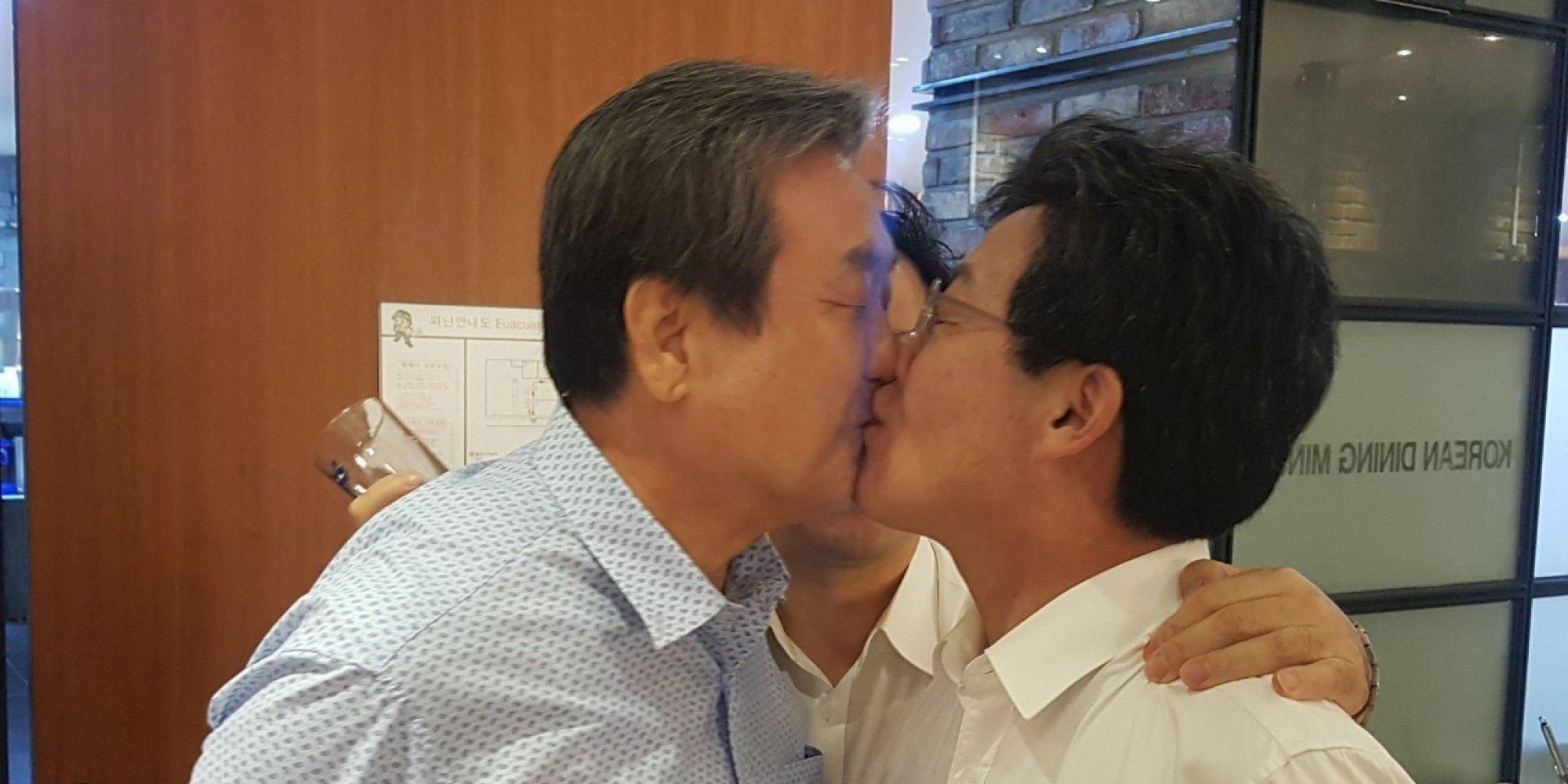 김무성 의원과 유승민 의원이 만찬 도중 키스했다  https://t.co/XhdQ0BNKid https://t.co/avD90VTfaq