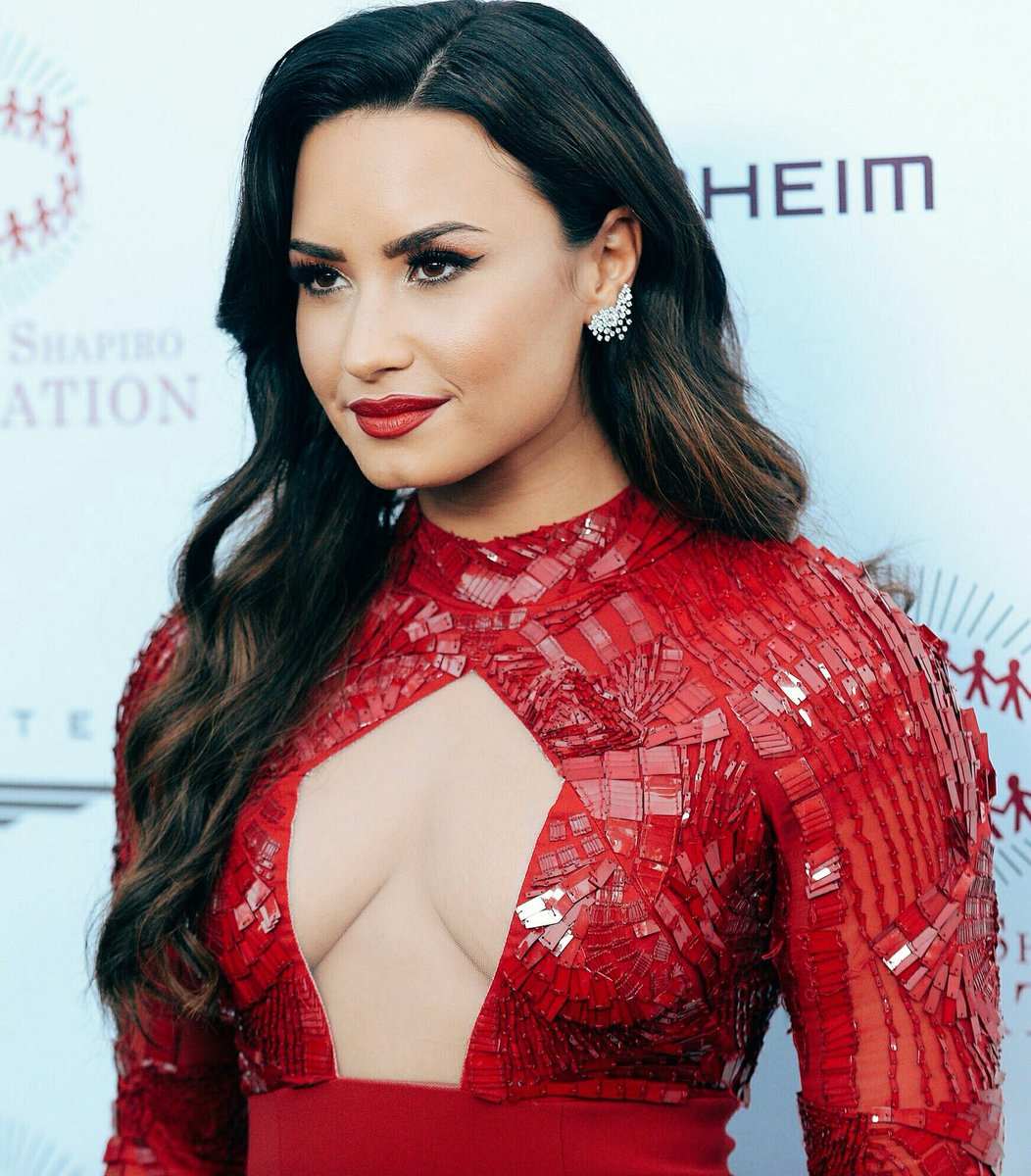 Is demi lovato currently dating