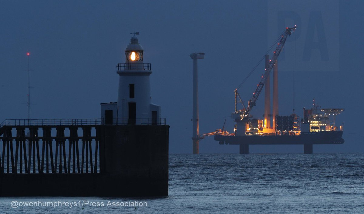 The first of 5 #windturbines is put in place today #Blyth @PortofBlyth #Northumberland #EDF @ChronicleLive @BBCNewsNE @PA @RNLIBlyth<br>http://pic.twitter.com/G8cE5rLBGv