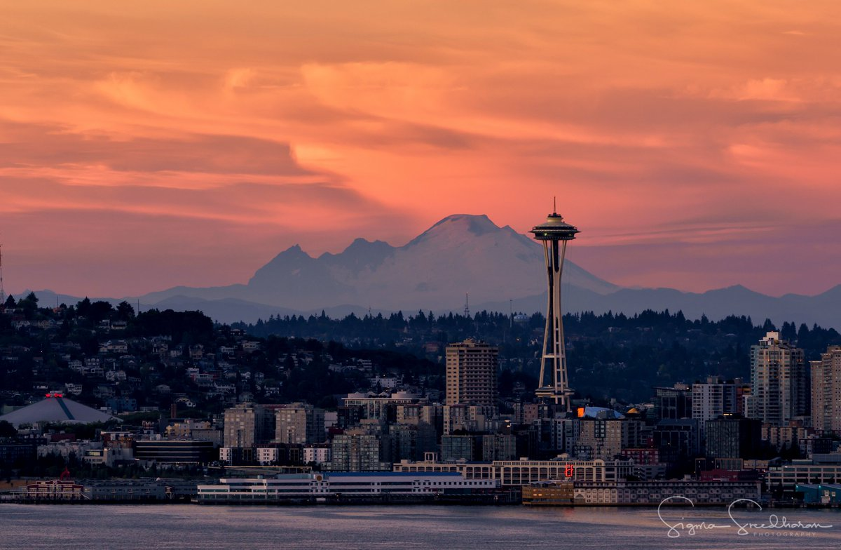 Tonight&#39;s #Seattle #Sunset was gorgeous... Here&#39;s the northern view from #WestSeattle  with #SpaceNeedle and #MountBaker. <br>http://pic.twitter.com/GKjlhljKpc