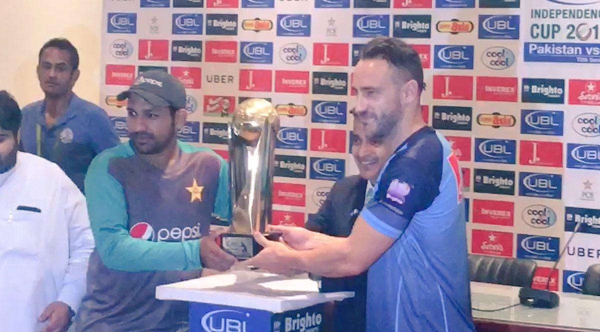Pakistan&#39;s captain @SarfarazA_54 and World XI&#39;s captain @faf1307 posing with the trophy of Independence series. #CricektKiHalalala #PAKvWXI<br>http://pic.twitter.com/ZIwLw6ICk6