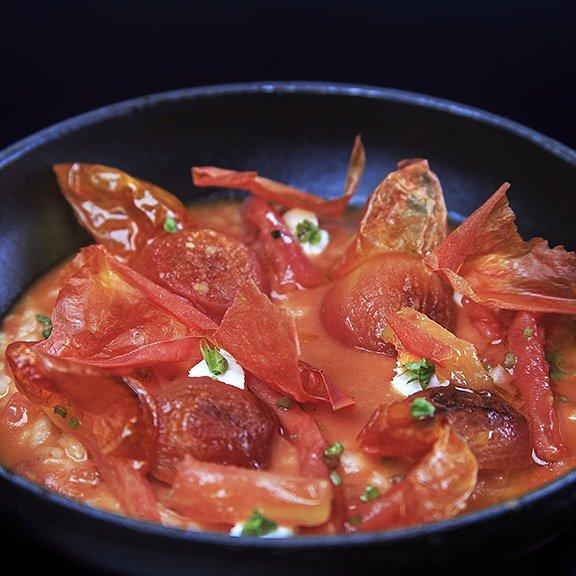 Nuestro Arroz de tomate presenta diversas posibilidades de este ingrediente. Lo acompañamos con hierbas aromáticas y queso de cabra madurado