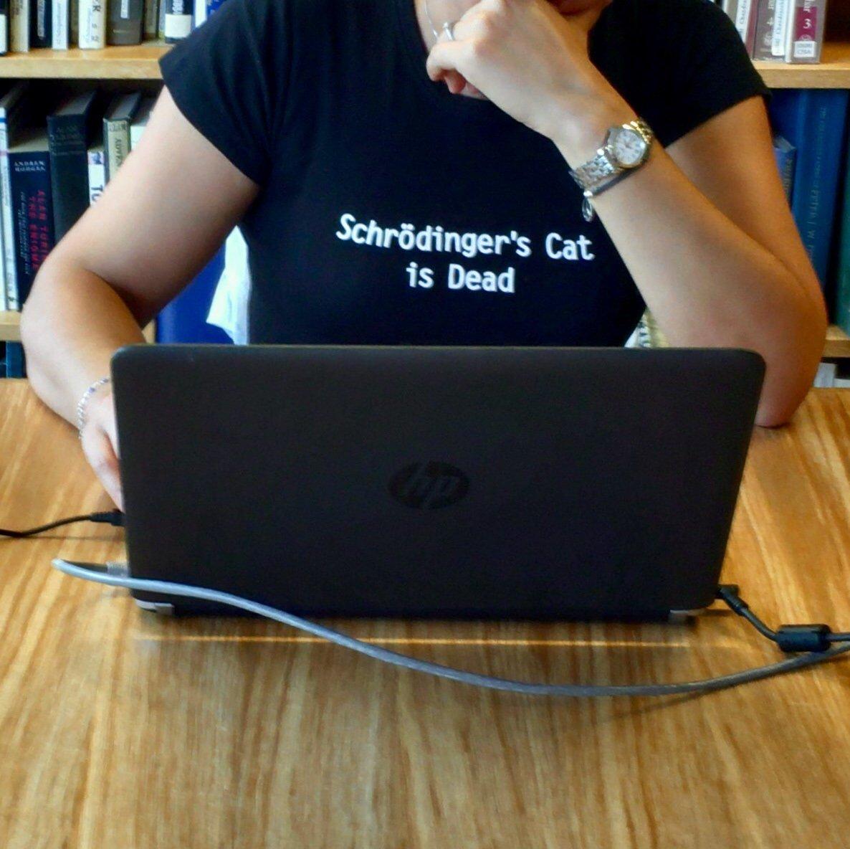 (この子が着ている「シュレディンガーの猫死亡」というTシャツが気になるなぁ)