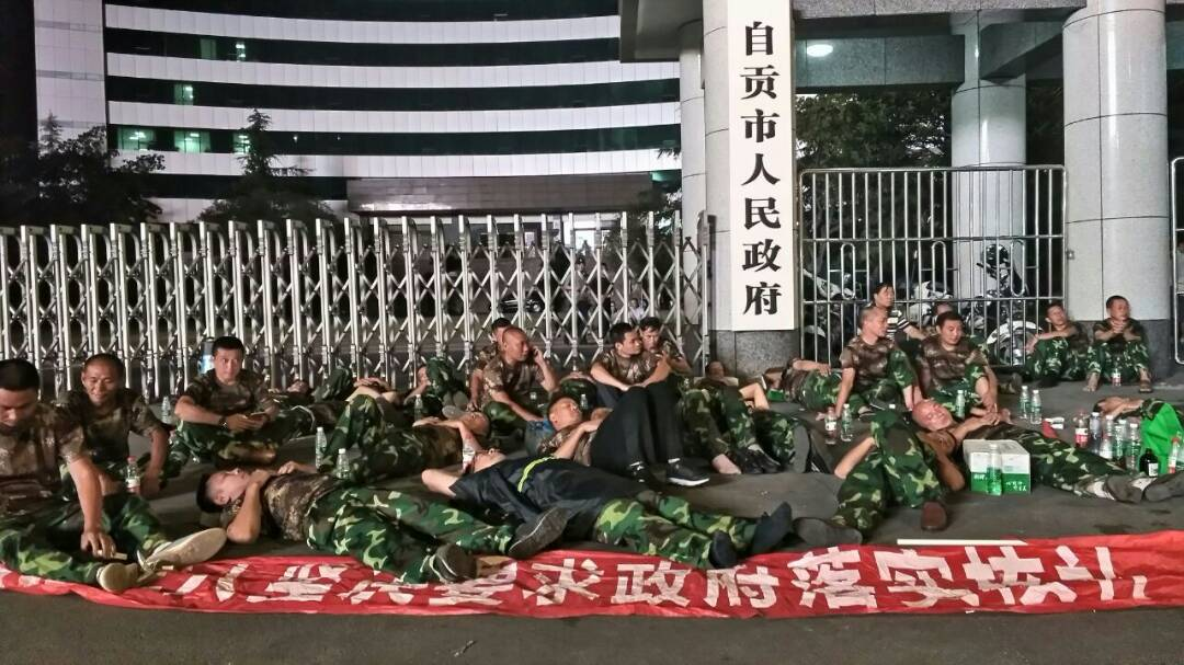 2017年9月11日,四川自贡老兵维权,到晚上还在坚守,有民众自发送水送饭。 https://t.co/JKIjZH63CE