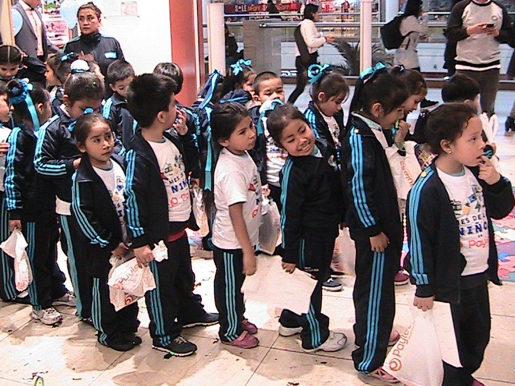 niños-reciben-zapatos-payless