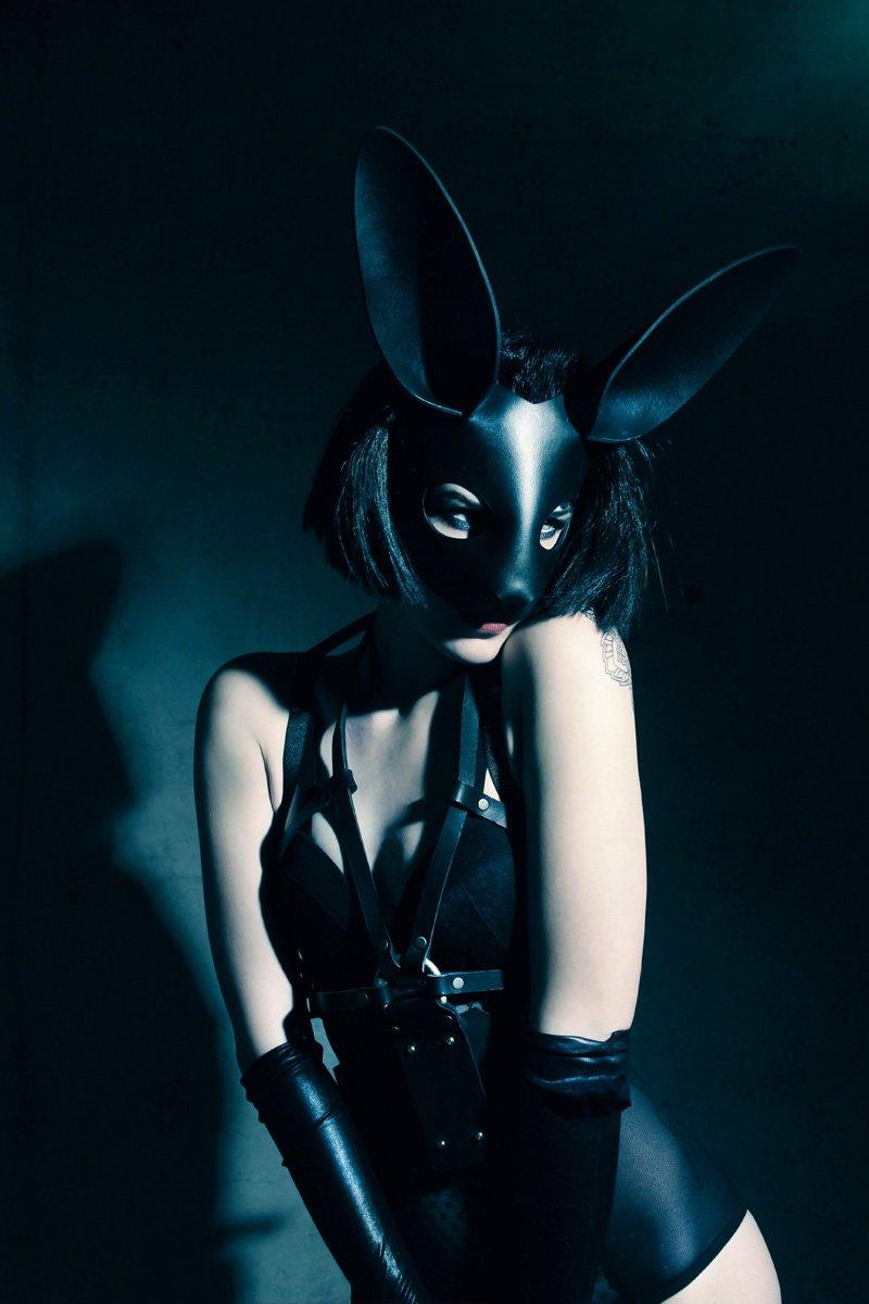 Девушки в масках кролика