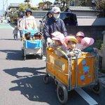 経済産業省曰く、保育園のお散歩などで使われるこの6人乗りのベビーカー、電動アシスト機能が付いているも…