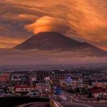 本日夕方の富士市内、富士山の笠雲と夕焼けが見応えありました! pic.twitter.com/ARN…