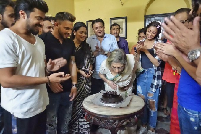 #LolitaChatterjee's 82nd bday celebration on the floor of #AscheAbarShabor. @SVFsocial @DarshanaBanik @iamarunimaghosh @chatterjee_ivy https://t.co/B8cZLtYZY5