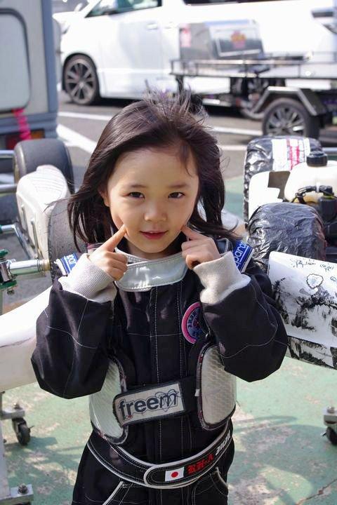 11歳の女子天才レーサーって聞いてどうせカートだろ?って思ってたらフォーミュラマシンを240kmで操っててるし今年度中のF3参戦を目指してるってすげーわ。野田秀樹の娘さんなのね。そして可愛い(*´Д`*)