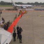 インドに到着しました。モディ首相には空港でお出迎え頂きました。 pic.twitter.com/eo…