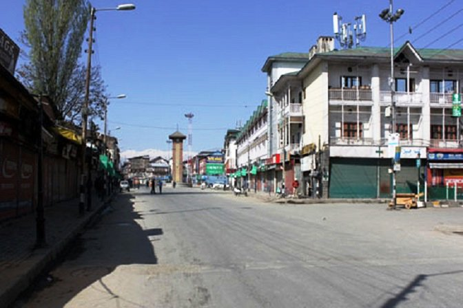 #IndianArmy lay siege to Shahabad area of Tral in south #Kashmir #Rajnath Speak to Kashmiri militants in Lal Chowk for permanent solution. <br>http://pic.twitter.com/lJt0QoI9fd