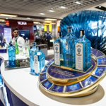 #TBT to the fantastic immersive #experiential campaign by @BombaySapphireB at @HeathrowAirport, offering passengers VR & cocktails! #OOH