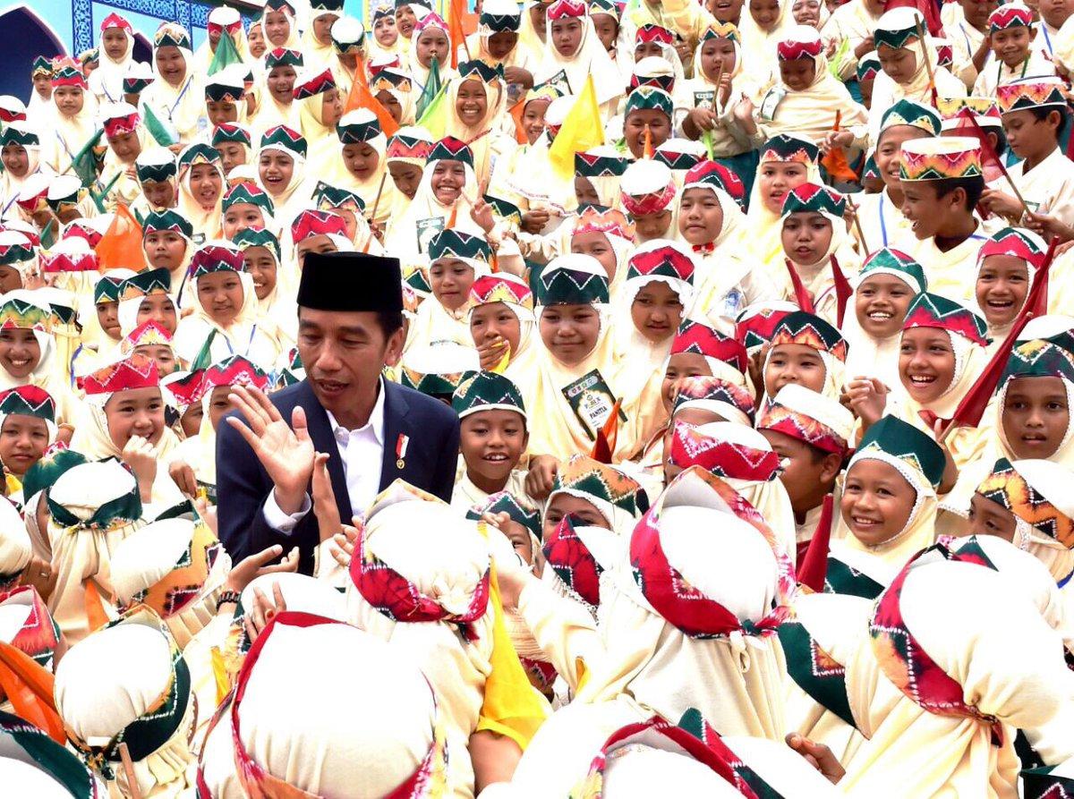 Tiga Santri Dapat Sepeda dari Presiden Jokowi