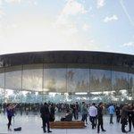 Apple新本社の「スティーブ・ジョブズ・シアター」のエントランスホールにはどこかに柱があるのかと思…
