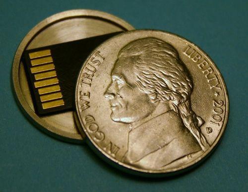 「5セント硬貨を削って中にマイクロSDカードを隠せるようにした」やつすごいロマンある。謎の死を遂げた…