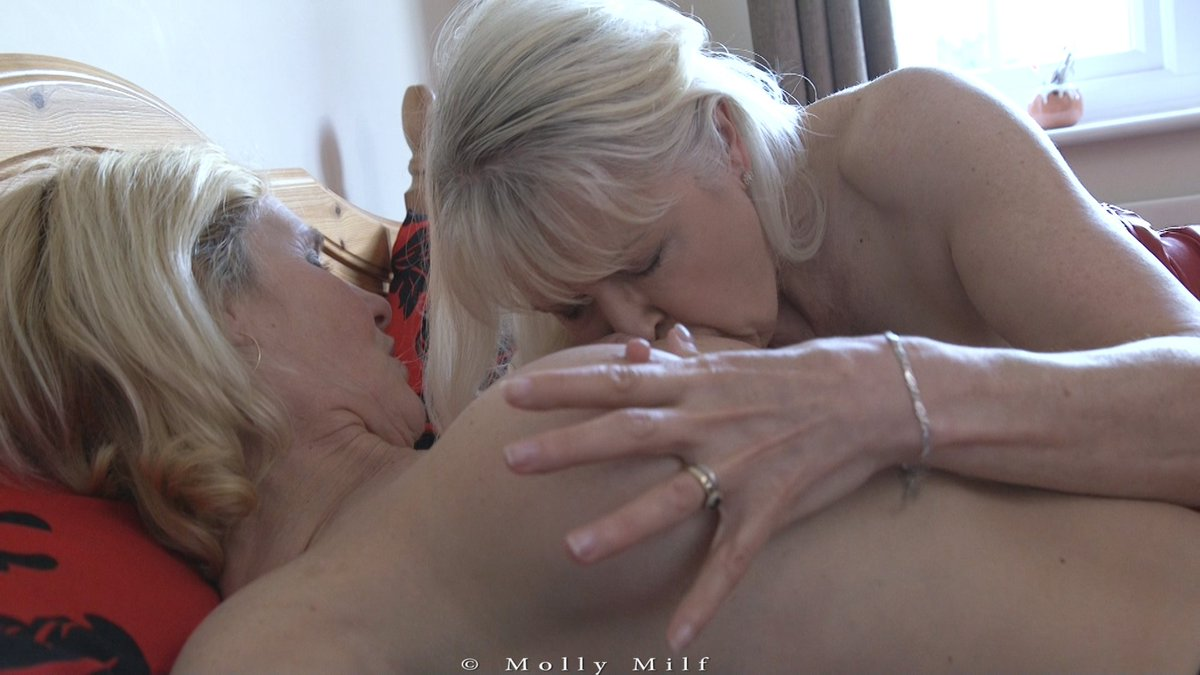 Wife eats husbands cum out of chic