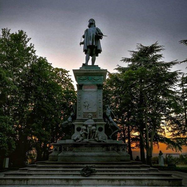 Vi auguriamo buona serata da #Urbino con il tramonto dietro l'imponente figura di Raffaello! Foto guenda4eyes